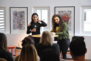 Elever från Jönköpings Folkhögskola läste upp dikter på världspoesidagen på stadsbiblioteket. Däribland Maryam Eskander och Ronza Georgis.