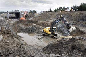 Det var vid grävarbetena för den nya bron vid Klökanvägen som missödet inträffade.