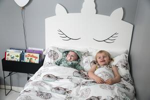 Tre-åriga Tove längtar till lillasyster Filippa blir stor nog att få sova över hos henne i hennes enhörningssäng.