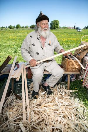 Sås Holger Andersson från Våmhus tillverkar korgar på gammalt traditionellt sätt.