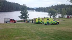 Den medtagna mannen förs med ambulans till sjukhus.