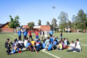 Innan träning samlas alla spelare från de olika lagen för att snacka respekt, attityder och framtidsmål.