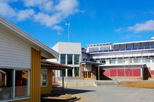 Efter en omfattande renovering på Ås skola har man nu upptäckt mögel i takkonstruktionen. Elevernas flytt tillbaka till de ordinarie lokalerna är därför skjuten på framtiden.