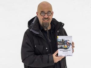Henrik Engström, med sin bok Game Development Research. Foto: Privat