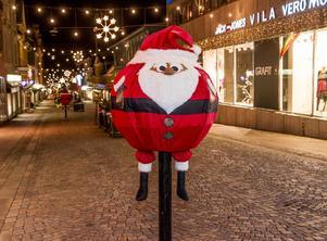 Tomtarna på Storgatan har blivit vandaliserade. Återigen har någon förstört julpyntet på Storgatan.