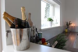 Champagneflaskorna i köket är presenter.