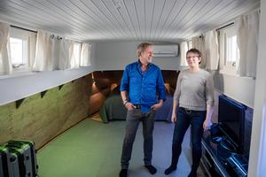 """Sovrummet är ett av de största rummen på båten, och det stora golvutrymmet använder Peter och Helena till att träna. Panelen på sidorna har Peter, som är snickare, satt dit – """"det mest komplicerade snickarjobb jag gjort, inte en millimeter är rak på den här båten"""".Foto: Vilhelm Stokstad / TT"""