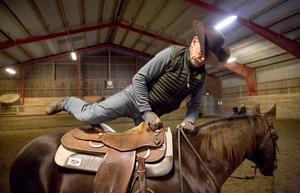 Göran svingar sig lätt upp i sadeln. Dixie väntar lugnt.