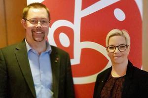 Socialdemokraternas två toppnamn i Surahammar efter partiets årsmöte – Tobias Nordlander och Johanna Skottman.