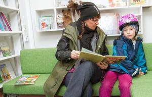 Pernilla Söderquist och dottern Siri Larsson Söderquist tog tillfället i akt att läsa en bok, när de besökte den nya bokbussen på fredagen. Harry och Härta Hare blev det.