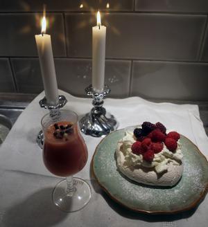 Champagnepannacotta och minipavlova. Foto: Laila Westling.
