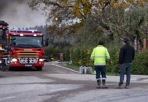 Göran Andersson och Mikael Jogevall beskådar räddningsarbetet på Eriksgården.