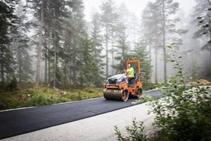 Nicklas Winlöf kör asfaltsvält.