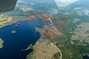 Från flygplanen blir utbredningen av bränderna tydligt. Här syns det område som härjades av Tovåsbranden, som är en av de mindre att bryta ut i Hälsingland.