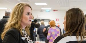Verksamhetschefen för flera avdelningar inom jobb och försörjning på Köpings kommun Anna Bernanker minglar runt och dagen till ära guide i den nya byggnaden.