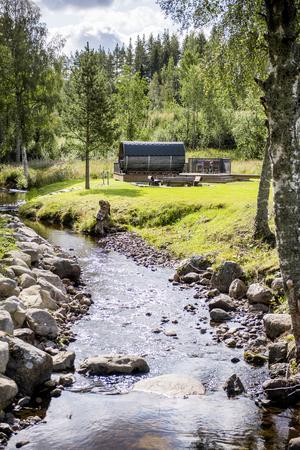 Invid bäcken har Christer och Cecilia Holmlund byggt en liten