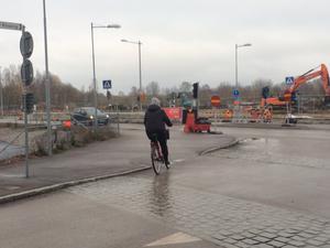 CV-gatans enkelriktning gör att ambulanserna inte kan ta den vägen mot exempelvis Rynninge och de norra stadsdelarna. Men den orsakar också svårigheter för den omfattande byggtrafiken under de pågående byggarbetena vid USÖ.