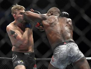 Matchen bröts av domare i tredje ronden. Gustafsson föll på teknisk knockout. Bild: Kyusung Gong/AP/TT