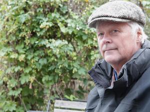 """Inne på folkparksområdet, bakom Thomas Husing på bilden växer en frodig humlebuske. """"Den har en lång historia, moderplantan finns i Skattlösberg"""" upplyser han."""