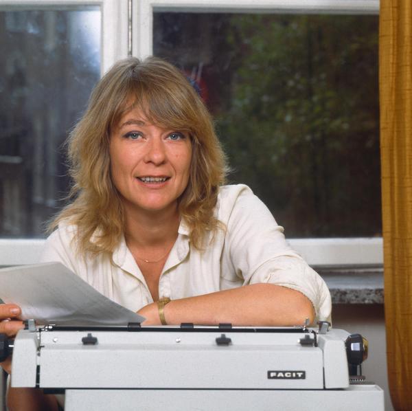 """Anna Wahlgren försörjde sin stora barnaskara genom sitt skrivande. Romaner, noveller, dikter och artiklar, mest uppmärksamhet fick den drygt 700 sidor långa """"Barnaboken"""" från 1983.Foto: BO-AJE MELLIN"""