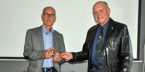 Lions  Club Malungs f d president Lars-Olov Kristiansson, till höger, lämnar över ordförandeklubban efterträdaren Stefan Pettersson med  en önskan om lycka till med att föra Lions Clubs traditioner och tankegångar vidare.