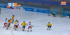 Nikita Toporov gör sin andra straffräddning för dagen när han motar Albin Rehnholm. Bild: Skärmdump/Sportbox.ru