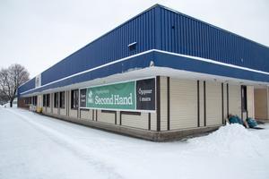 Den nya lokalen tvärs över Ringvägen får ny inredning som bland annat skänkts av andra butiker i stället för att slängas;