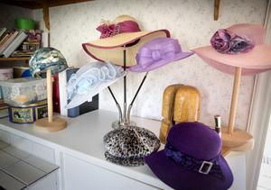 Hattar av olika slag för olika tillfällen. Förebilderna är ofta hattar från förr, exempelvis turbanen av 20-talssnitt längst till vänster.
