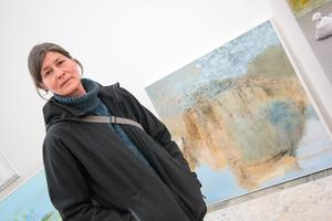 Josie Ahlströms målningar hämtas ur minnet och upplevelsen av skogen. – Jag är inte så intresserad av människans värld, kanske eftersom jag själv är människa. Det är mer spännande att ge sig in i en annan värld, som skogen – den här ursprungliga världen, säger hon och menar att människans värld är motsatsen, konstruerad.