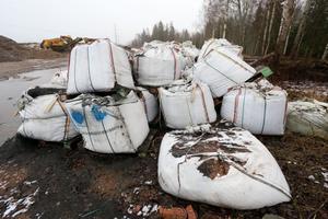 Åklagaren vet ännu inte var all svart batterimassa som har transporterats från Urecycle i Karlskoga har tagit vägen. Mycket finns uppställt i stora säckar på en fastighet söder om Örebro.