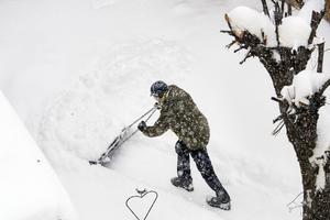 Det kan bli läge att plocka fram snöskoveln i helgen - men det blir inga hutlösa mängder snö.