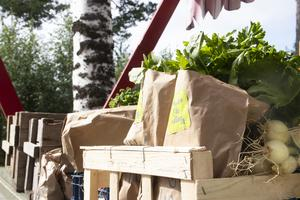 På försäljningsståndet finns lokalodlade grödor i alla dess slag.