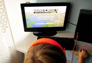 Moderaternas Tomas Tobé tycker att föräldrar ska få barnen att spela mindre datorspel och göra mer läxor, som om datorspelandet vore ett verkligt problem för en svenska skolan.