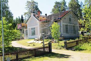 Kyrkan i Svabensverk är omgärdad av byggnadsställningar.