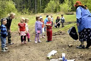 Dramatiskt. Skräptanten dök upp i skogen och kastade sopor omkring sig. Barnen i Friluftsfrämjandets mullegrupp tillrättavisade henne.