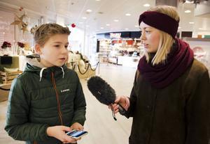 Erik Björs, 12 år, läser inte nyheter så ofta men när han gör det vill han helst läsa digitalt.