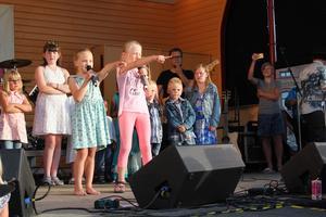 Hanna och Julia hade väl inövad koreografi till låten som de sjöng.
