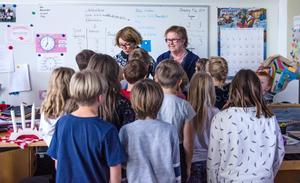 Rektorn Monika Isberg och läraren Carina Tjärnström Lindström tränar inför lucia. Både barnen och personalen tycker att det är bra att skolan föreslås bli kvar i Allsta.