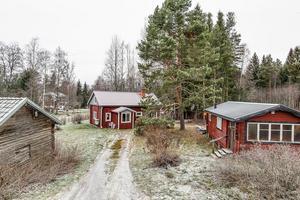 Fint läge med närhet till flera sjöar. 1 ½ plansvilla i Finnsviken Sunnansjö, för permanent boende eller som fritidshus. Foto: Svensk Fastighetsförmedling, Ludvika.