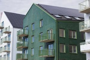 Tre nya lägenhetshus vid Öster Mälarstrand står nu klara för inflyttning. Speciellt för dessa hus är att de är plusenergihus, hus som producerar mer energi än de gör av med.