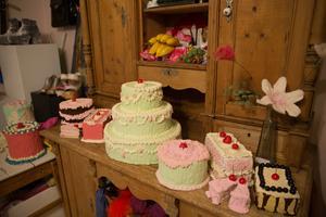 Alma Feuerstein tillverkar också mat, här tårtor och bakelser, av frigolit, kartong och spackel.