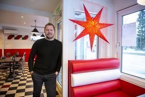 Förutom att driva Måleri, biltvätt och flera solarier har fastighetsägaren Stefan Berglund köpt den konkursade restaurangen Flavors inventarier i Njurundabommen.