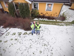 Alexander Koivisto styr säkert upp drönaren flera meter över marken och tar en bild på honom och Torbjörn Wåhlin. Foto: Alexander Koivisto