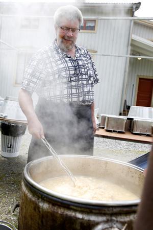 Hans-Inge Pettersson förberedde söndagens kamsfest genom att koka sötost utanför hembygdsgården.