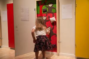 På utställningen får barnen utforska de olika dörrarna och rummen som finns med i boken.