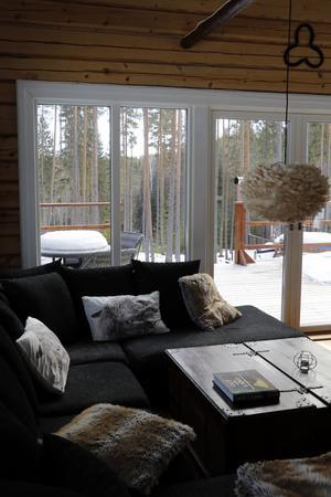 I vardagsrummet har man fin utsikt över skogen.