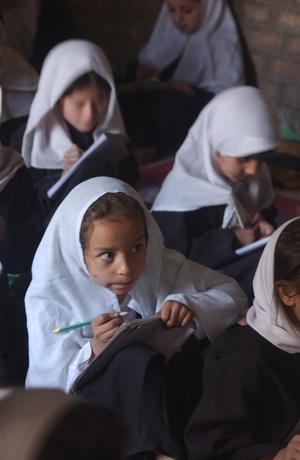 Afghanska flickor fick äntligen gå i skolan efter att USA med allierade tvingat bort  talibanerna från makten i Afghanistan 2002. Foto: Alejandro Chicheri / World Food Programme
