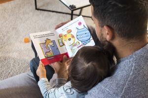 Högläsning för barn tränar upp både ordförråd och läsförståelse. Bild: Isabell Höjman/TT