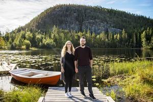 Illiana Anklew och Daniel Adelander lämnade en trång lägenhet i Stockholm för en gård i Torpshammar med utsikt över en tjärn och ett berg.