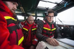 När larmet kommer får dagens befälhavare, Johan Jonsson, information om vad som hänt. Gustav Persson, till vänster i bild, och Oscar Wiklund har gjort sig redo för att eventuellt behöva hoppa i det kalla vattnet.